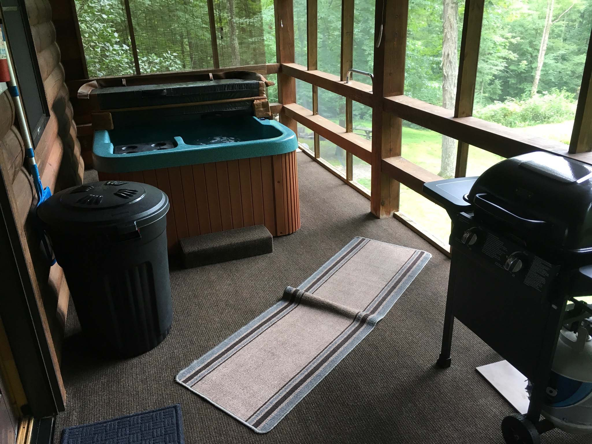 The Blue Jay Cabin - Enjoy the hot tub, gas grill, and table and chairs on the screened back deck. A great place to to soak the stress away or enjoy a cup of coffee in the morning.