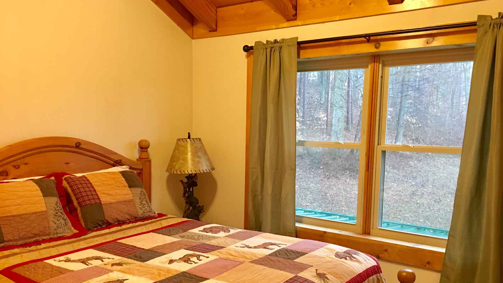 Mountain Lodge - Upstairs bedroom 2-1 Queen