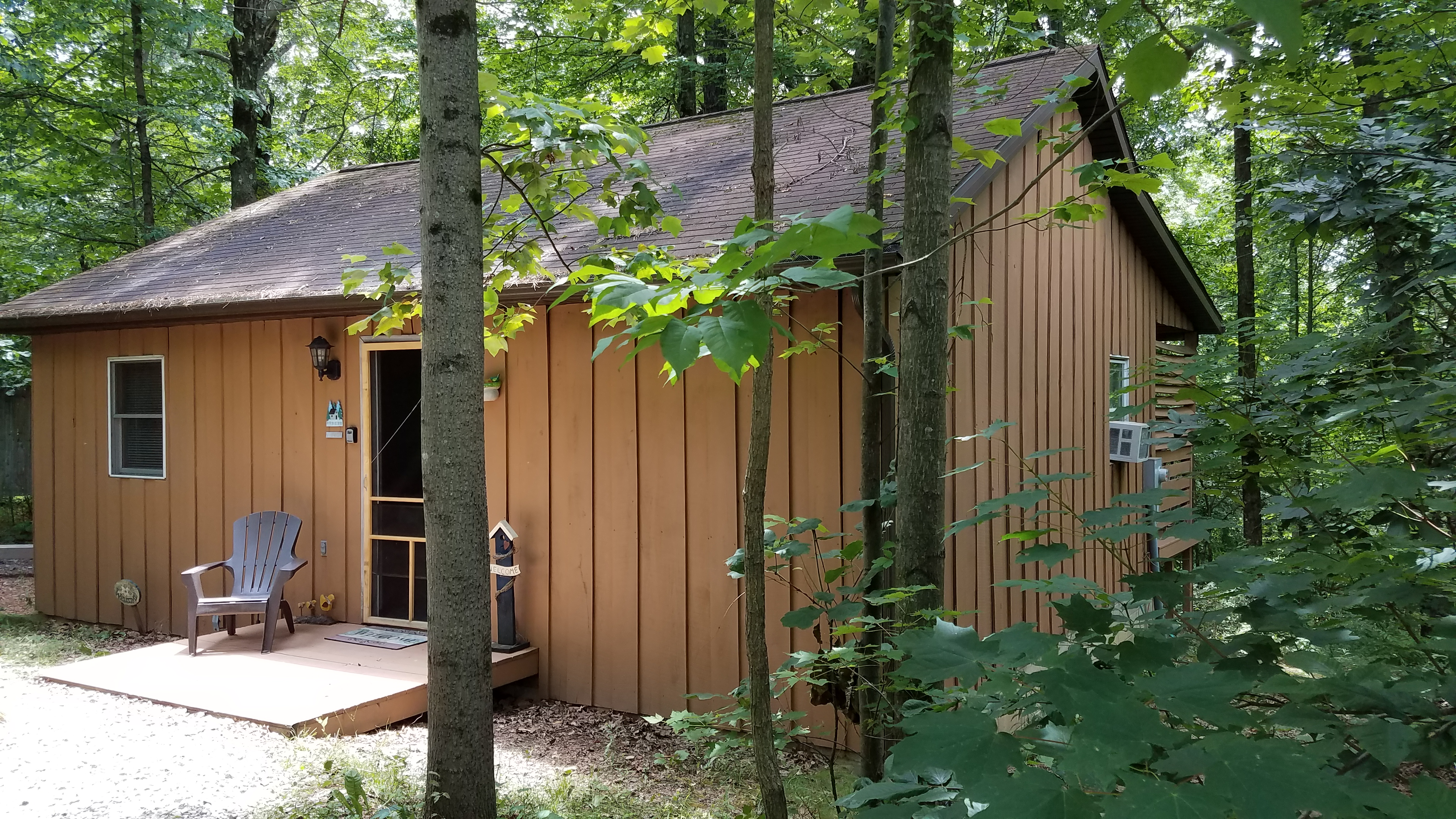 Welcome to the Nest Cabin - One bedroom cabin with hot tub on covered back porch.  Decorated in a shabby chic style.