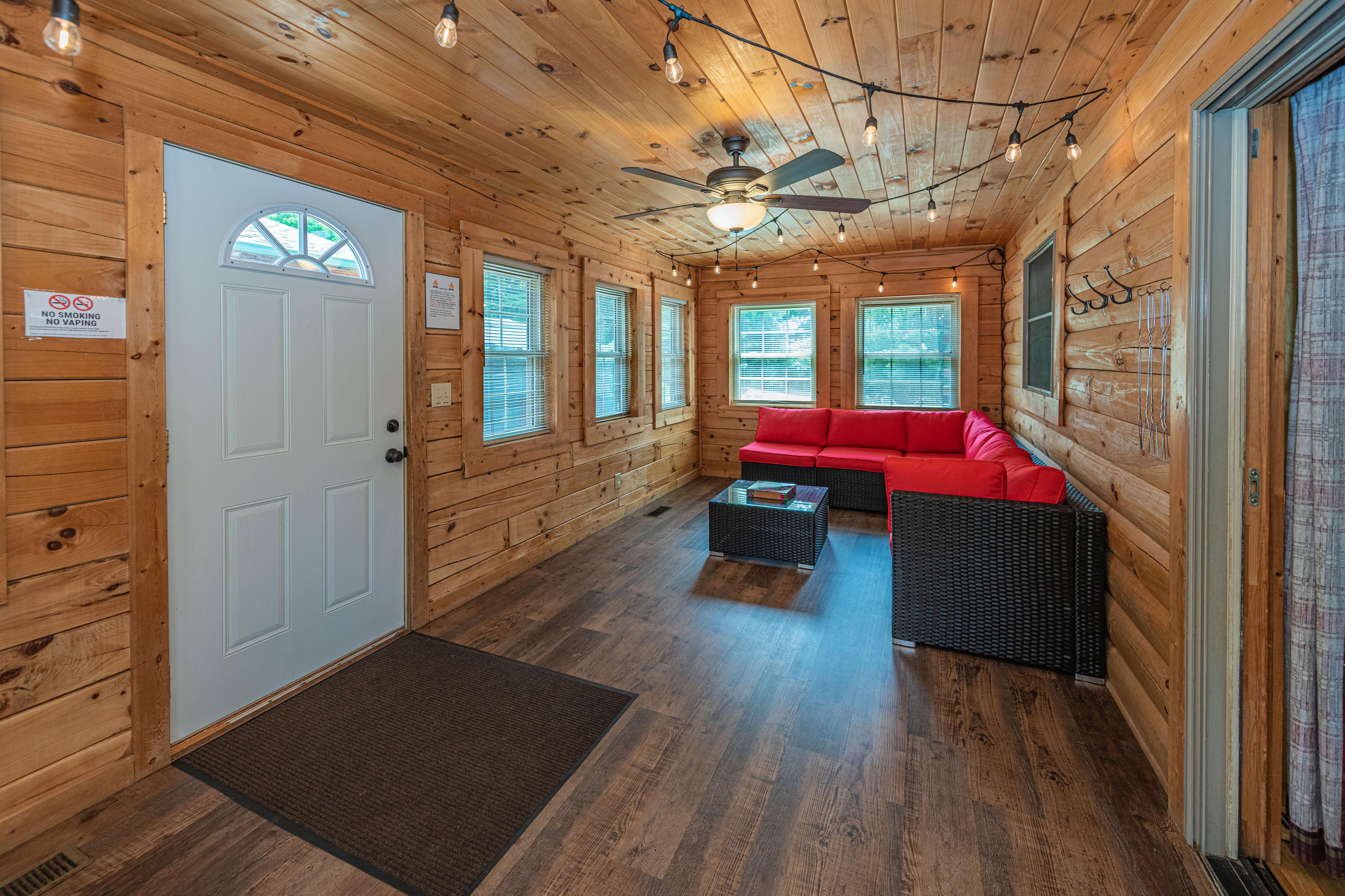 Photo 2006_11757.jpg - Sunrise Lodge Three Season Room