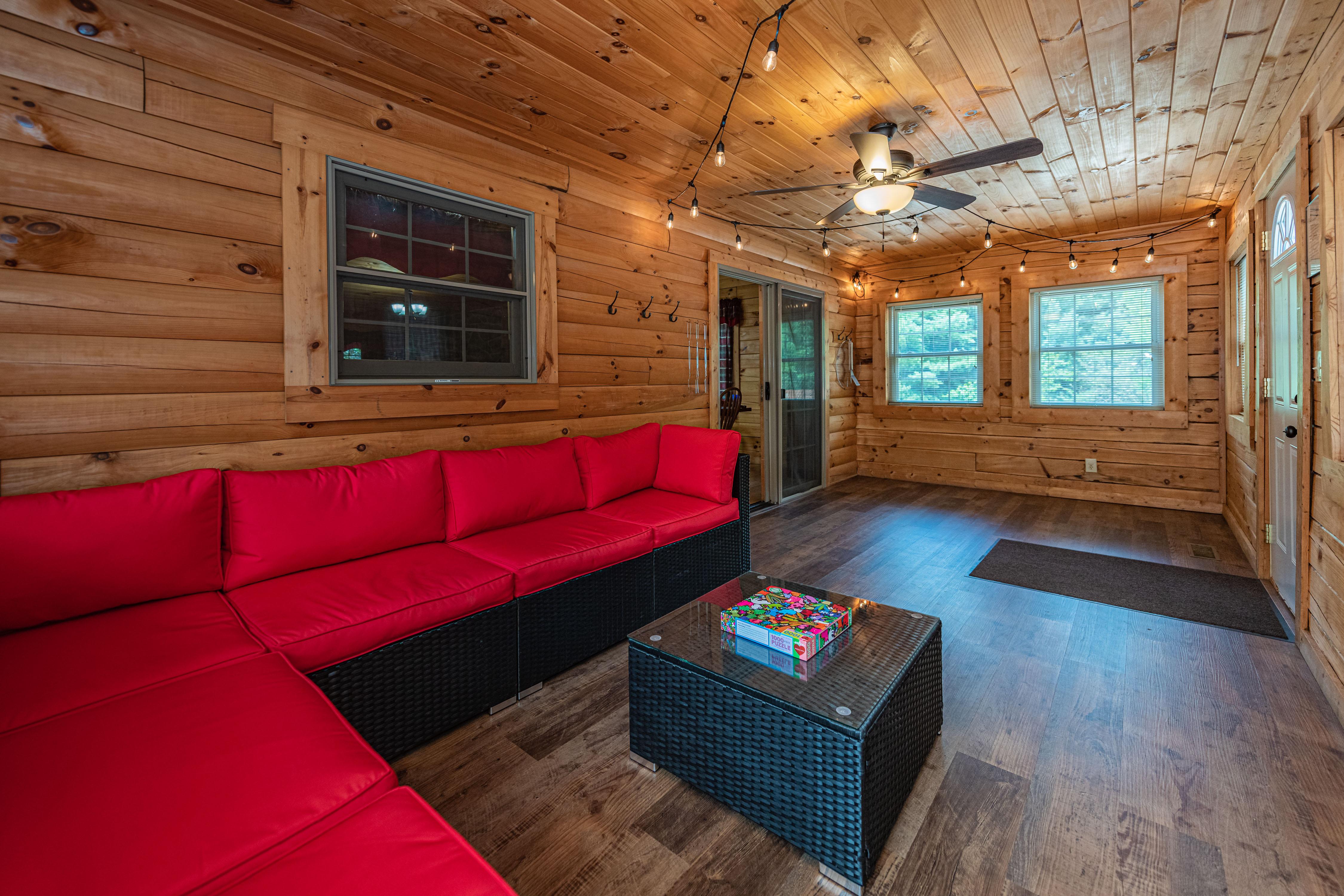 Photo 2006_11758.jpg - Sunrise Lodge 3 season room