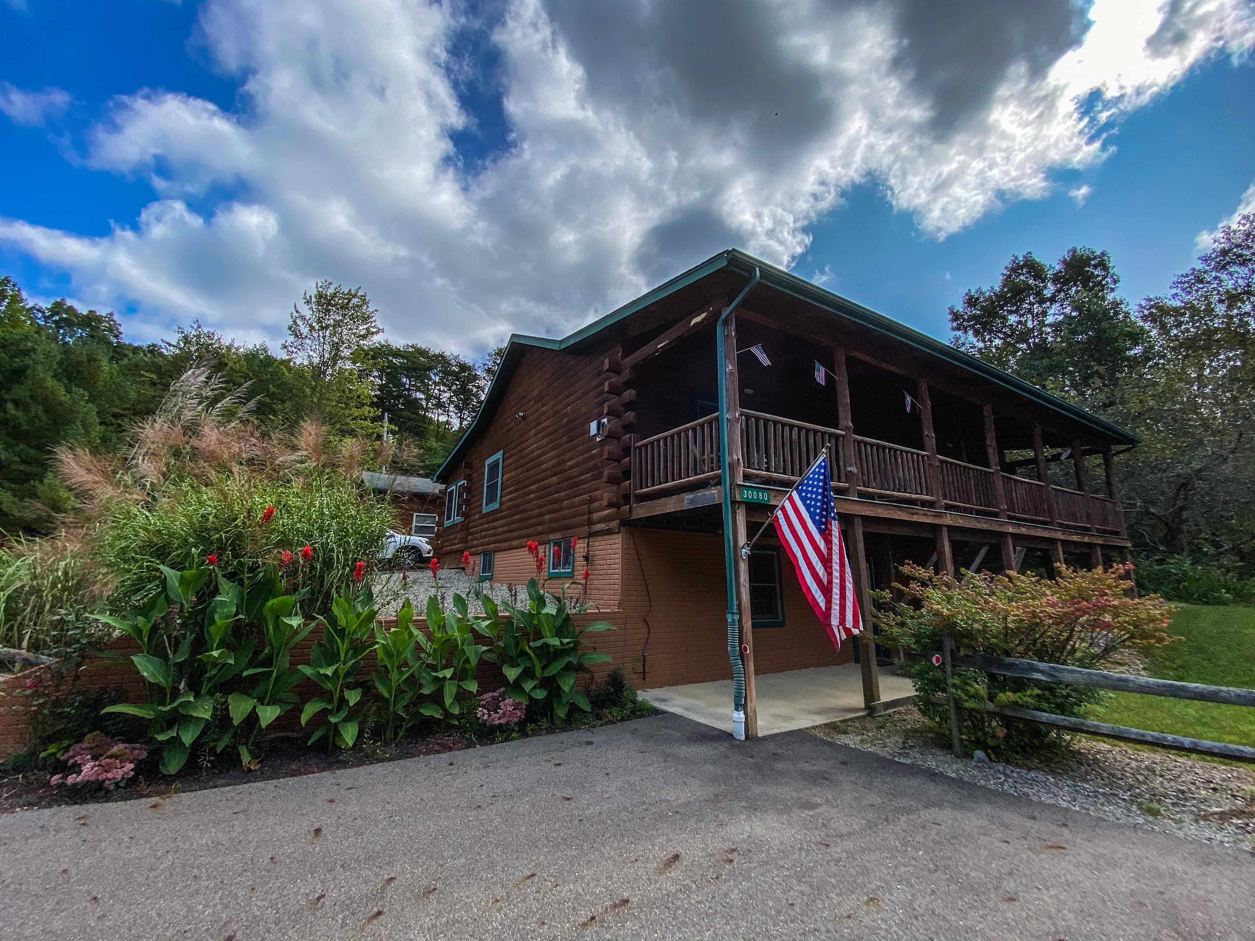 Sunrise Lodge - Entrance, parking to Sunrise Lodge.