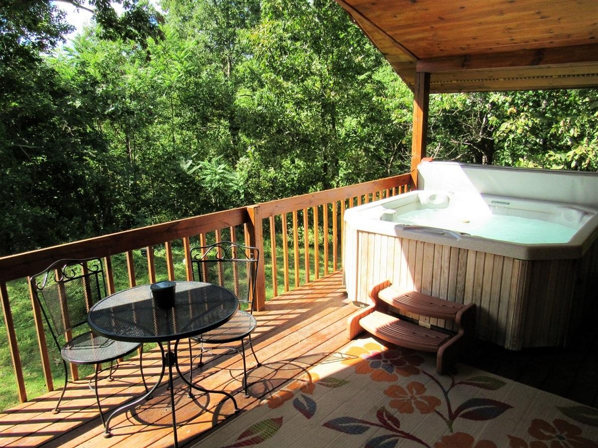 Prairie Rose - Hot tub surrounded in nature.