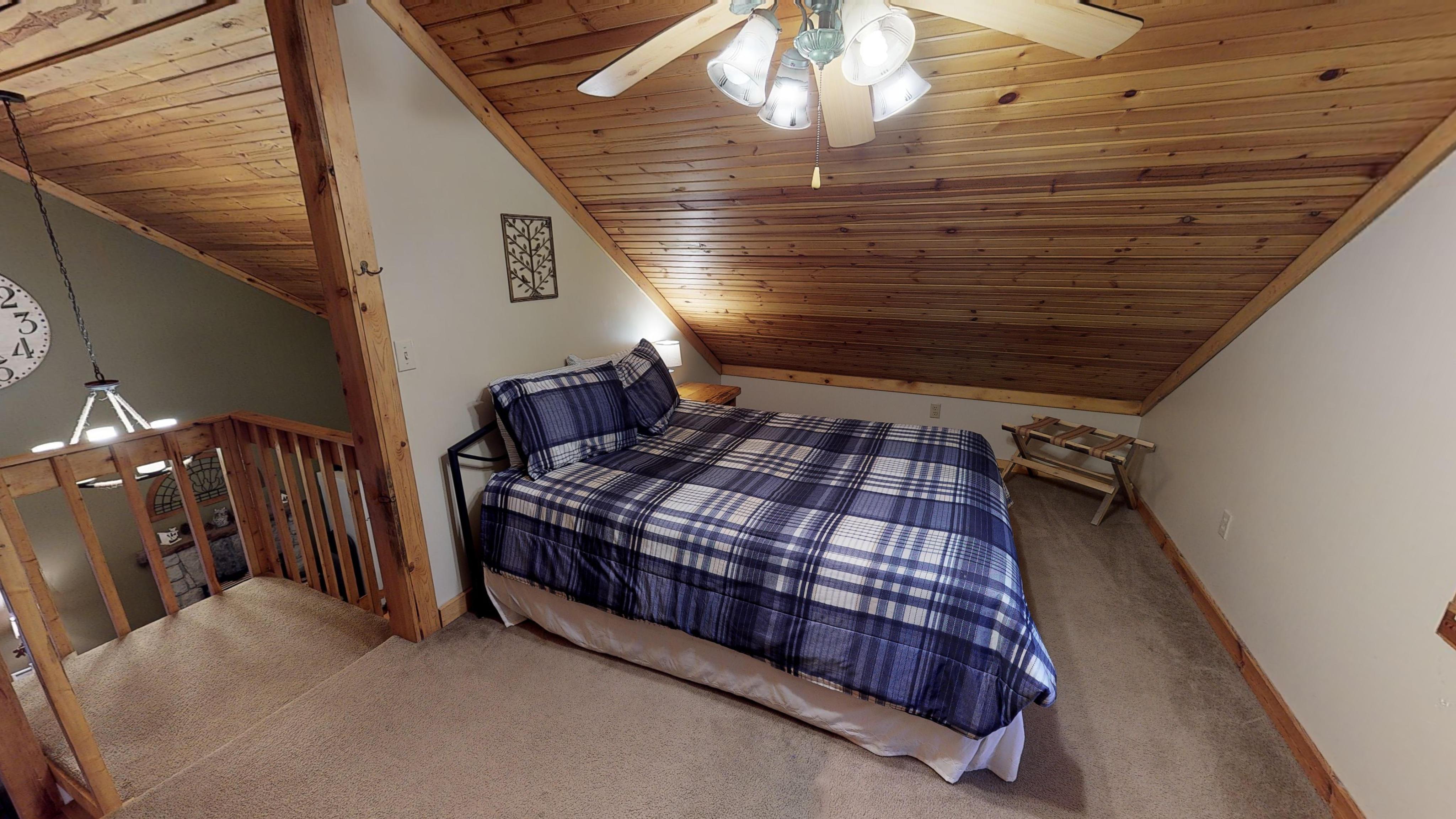 Photo 619_10260.jpg -  Queen size bed in loft