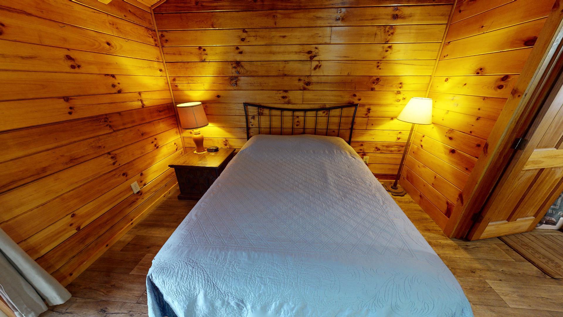 Photo 663_9231.jpg - Queen bed.